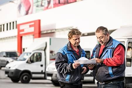 zwei Mitarbeiter von Sonnenherzog pruefen Lieferpapiere